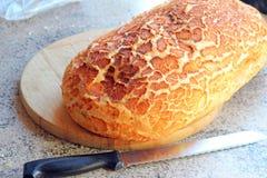 Miche de pain croustillante sur le conseil en bois Photos stock