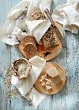 Miche de pain entière de blé de grain avec différentes graines image stock