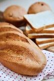 Miche de pain, pains grill?s et petits g?teaux blancs frais photographie stock libre de droits