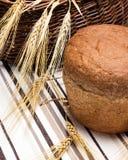 Miche de pain ronde avec des oreilles de blé image stock