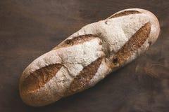 Miche de pain sur un fond en bois photographie stock libre de droits