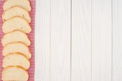 Miche de pain sur une table en bois Image libre de droits
