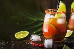 Michelada - cocktail alcoolique mexicain avec de la bière, le jus de limette, le jus de tomates, la sauce épicée et les épices, f photographie stock