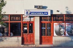 Michelin logo på ett gummihjullager i ett serbiskt garage Michelin är en fransk wordlwide för däckproducentspridning arkivbilder