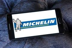 Michelin pone un neumático el logotipo del fabricante Imagen de archivo libre de regalías