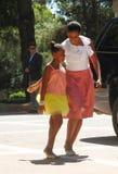 Michelle Obama en haar dochter Sasha komen aan marivent paleis aan stock afbeelding