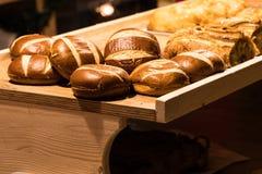 Miches de pain sur une table en bois dans une boulangerie photo libre de droits