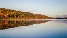 Michigan Autumn Wilderness Lake Reflections Fotos de archivo