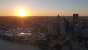 Michigan Detroit la puesta del sol aérea 4K de julio de 2017 inspira 2 almacen de video
