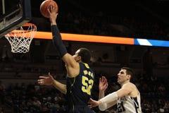 Michigan dunks den framåt Jordanien Morgan basketen Royaltyfri Fotografi