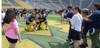 Michigan-Fußballfane machen Fotos auf dem Feld Stockbild