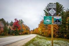 Michigan scenisk huvudväg Asphalt Road royaltyfria foton