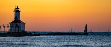 Michigan stad, Indiana: 03/23/2018/Washington Park Lighthouse under guld- timmesolnedgång på det stora sötvattens- Laket Michigan royaltyfri fotografi