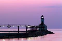 Michigan-Stadt-Leuchte an der Dämmerung Stockbilder