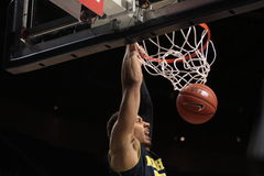 Michigan voorwaarts Jordanië Morgan dompelt het basketbal onder Royalty-vrije Stock Afbeelding