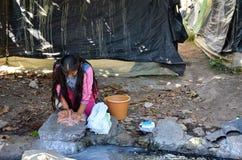 Michoacan, Meksyk, Styczeń, 15: Młodej dziewczyny domycie odziewa ręką Zdjęcia Stock