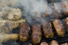 Mici e coscie di pollo sulla griglia Fotografie Stock Libere da Diritti