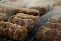 Mici - rumänisches des Sommers Lebensmittel traditionsgemäß Stockfotos