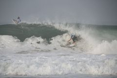 Mick Fanning-Rohr, das eine Welle reitet Lizenzfreie Stockbilder