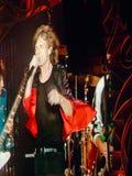 Mick Jagger en el conce grande de Rolling Stones de la pantalla Imagenes de archivo