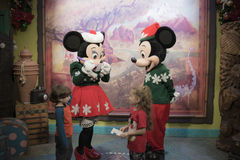 Mickey和微型老鼠与孩子在迪斯尼乐园演播室 库存图片
