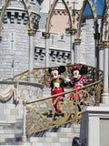 Mickey и Минни на замке Золушкы на волшебном королевстве Стоковое Изображение