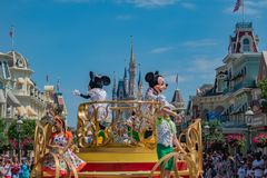 Mickey и парад торжества сюрприза Минни на lightblue предпосылке неба на мире 13 Уолт Дисней стоковое фото rf