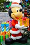 Mickey, der Weihnachtsgeschenk bei Disneyland Hong Kong hält stockfotos