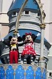 Mickey e Minnie em Cinderella Castle no reino mágico Foto de Stock Royalty Free