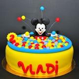 Mickey Mouse στο ζωηρόχρωμο κέικ λιμνών σφαιρών Στοκ Εικόνα