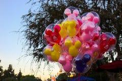 Mickey Mouse-Ballone an der Dämmerung bei Disneyland lizenzfreie stockfotos