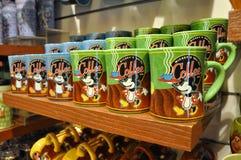 Mickey Mouse-Becher im Disney-Speicher Stockbilder