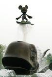 Mickey Mouse che pratica il surfing su una balena Fotografia Stock Libera da Diritti