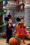 Mickey Mouse e Minnie Mouse durante celebrações do Dia das Bruxas em Disneylândia Paris Imagem de Stock Royalty Free