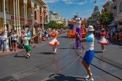 Mickey Mouse en desfile de la celebración de la sorpresa de Mickey y de Minnie en fondo azul claro del cielo en Walt Disney World fotografía de archivo libre de regalías