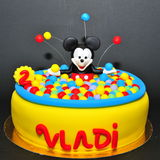 Mickey Mouse en torta colorida de la piscina de las bolas Imagen de archivo