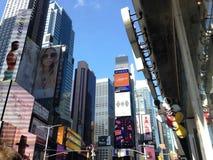 Mickey Mouse Sign Hanging en la tienda de Disney en Times Square en Manhattan, Nueva York, NY fotos de archivo