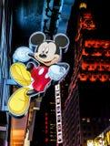 Mickey Mouse-teken die buitenopslag in Times Square hangen, de Stad van New York stock afbeeldingen