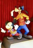 Mickey Mouse y Plutón de la demostración maravillosa de la etapa del libro de Disney fotos de archivo libres de regalías