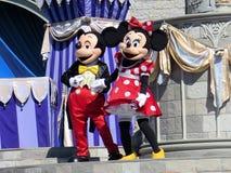Mickey och Minnie på Cinderella Castle på magiskt kungarike Royaltyfri Fotografi