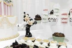 Mickey och Minnie som göras av marsipan Arkivbilder