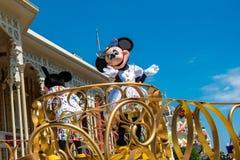 Mickey och Minnies överraskningberöm ståtar på lightblue himmelbakgrund på Walt Disney World 7 arkivbild