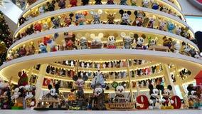 Mickey Tree magico con una decorazione specialmente progettata di 1.000 di Mickey Natali delle figurine in padiglione Kuala Lumpu archivi video