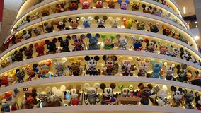 Mickey Tree magico con una decorazione specialmente progettata di 1.000 di Mickey Natali delle figurine in padiglione Kuala Lumpu stock footage