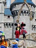 Mickey y Minnie en Cinderella Castle en el reino mágico Imagen de archivo libre de regalías