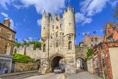 Micklegate - gammal medeltida port av York, UK royaltyfri foto