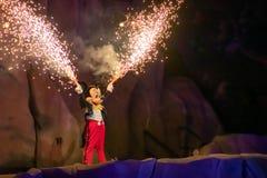 Mickymaus mit den Feuerwerken, die aus seine Hände auf Fantasmic-Show an Hollywood-Studios in Walt Disney World 1 herauskommen stockfotografie