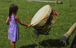 Micmac-Mädchen des amerikanischen Ureinwohners zerstößt Trommel stockfoto
