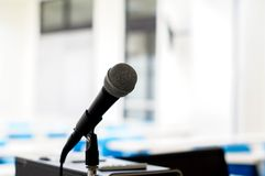 micrófono aislado en sala de clase fotos de archivo