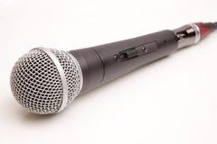 Micrófono aislado en un blanco Foto de archivo libre de regalías